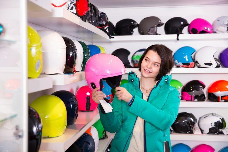 Výber lyžiarskej prilby v obchode