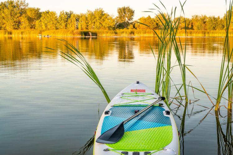 Biely nafukovací paddleboard