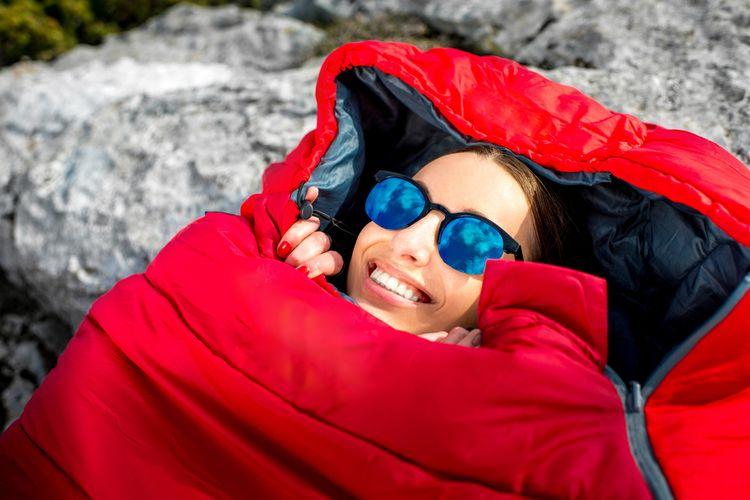 Teplý spacák vhodný na zimné kempovanie