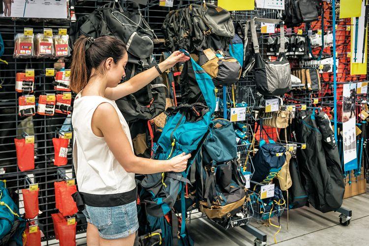 Výber športovej tašky v obchode