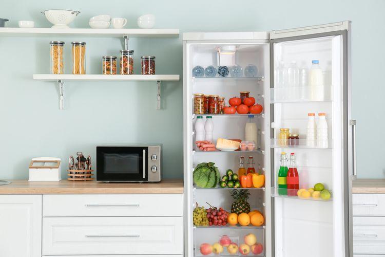Otvorená chladnička s čerstvými potravinami