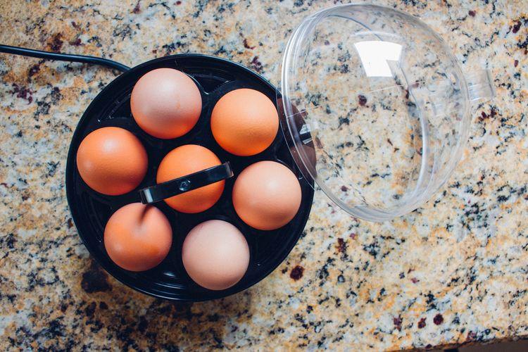 Čierny varič vajec s plastovým krytom