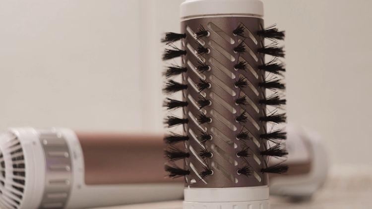 Žehliaca kefa na vlasy s keramickým povrchom