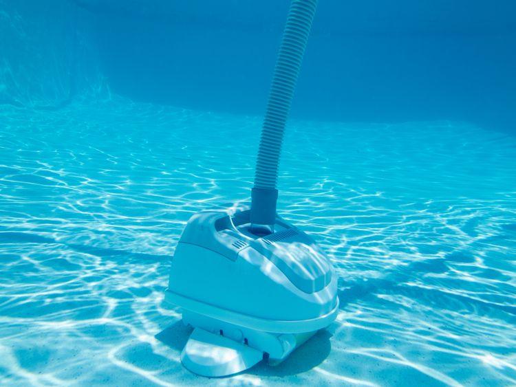 Poloautomatický bazénový vysávač