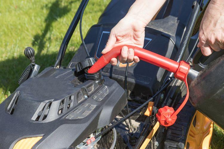 Nalievanie benzínu do benzínovej kosačky