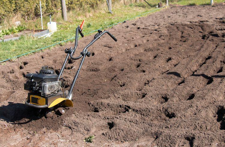 Obrábanie záhrady pomocou benzínového kultivátora