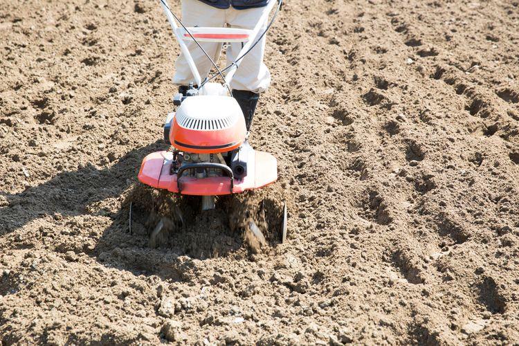Kultivácia pôdy pomocou benzínového kultivátora