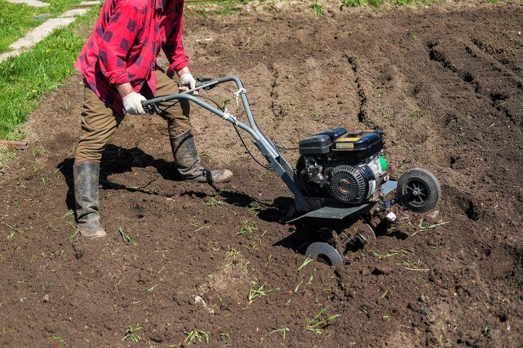 Stredný benzínový kultivátor – práca v záhrade
