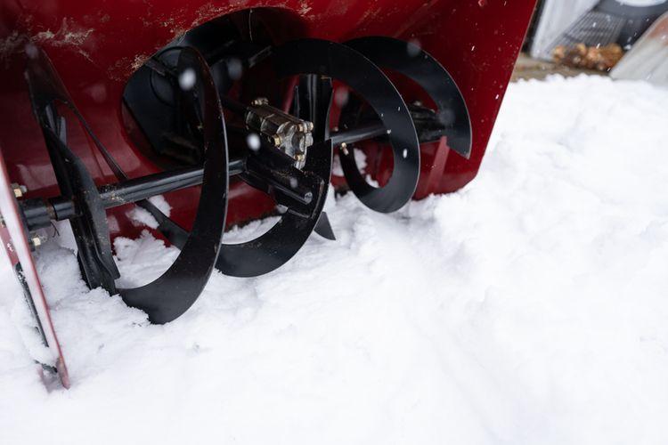 Snehová fréza s kovovými lopatkami