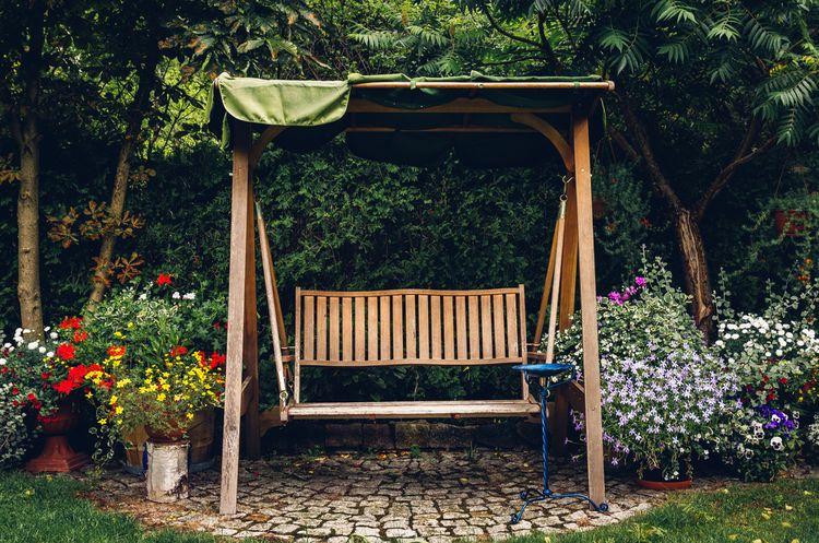 Drevená záhradná hojdačka