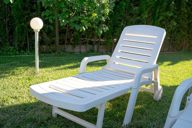 Biele záhradné ležadlo z plastu