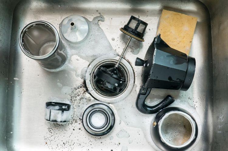 Čistenie French Pressu v umývadle