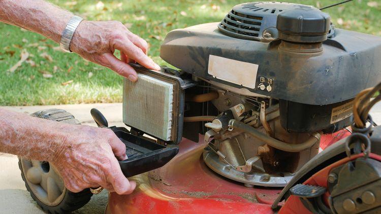 Výmena vzduchového filtra v benzínovej kosačke
