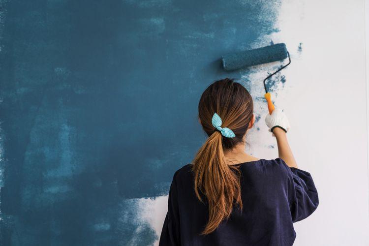 Maľovanie steny tmavomodrou farbou