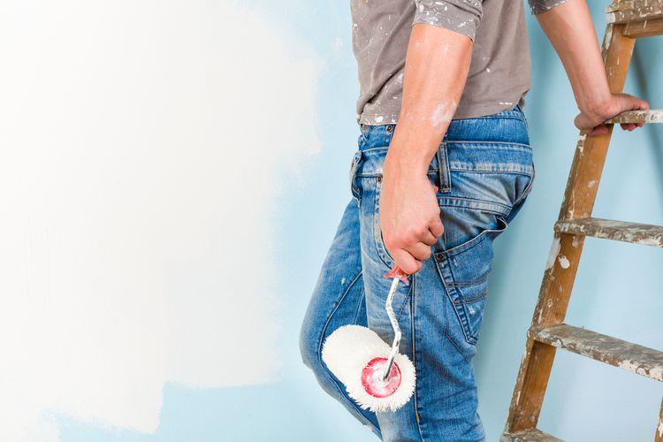 Maľovanie steny valčekom nabielo