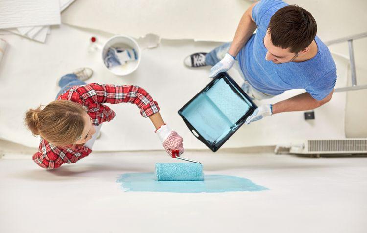 Maľovanie stien modrou farbou pomocou valčeka