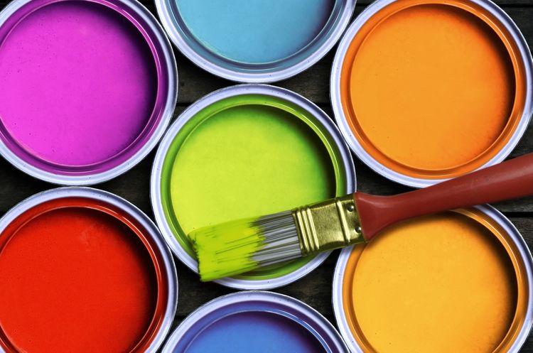 Sedem rôznych farieb na stenu