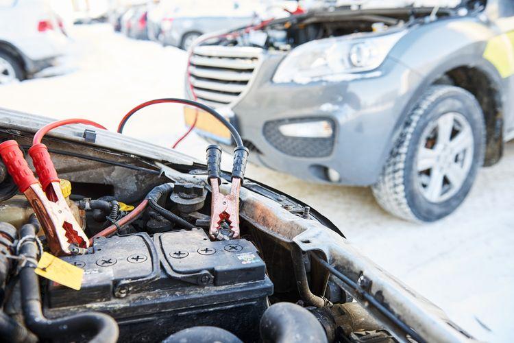 Štartovanie auta pomocou štartovacích káblov