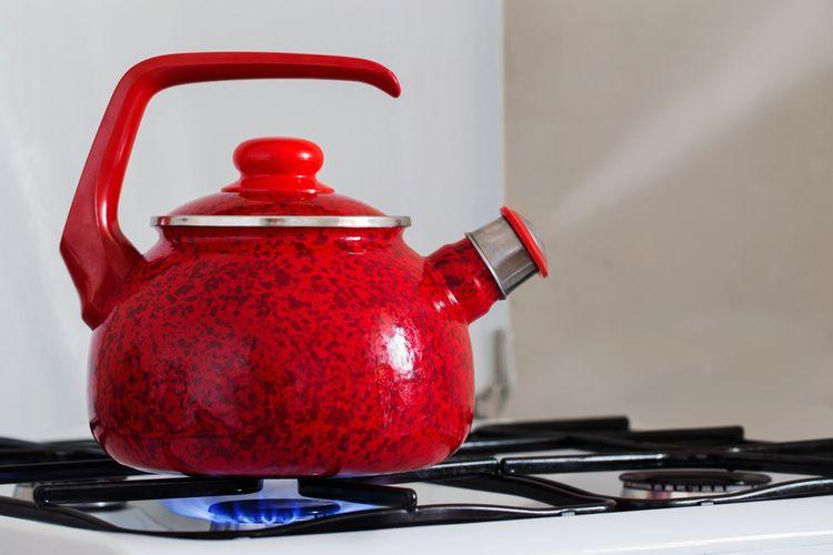 Červený smaltovaný čajník