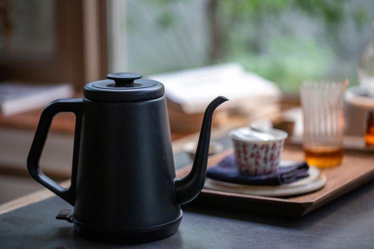 Čierny elektrický čajník