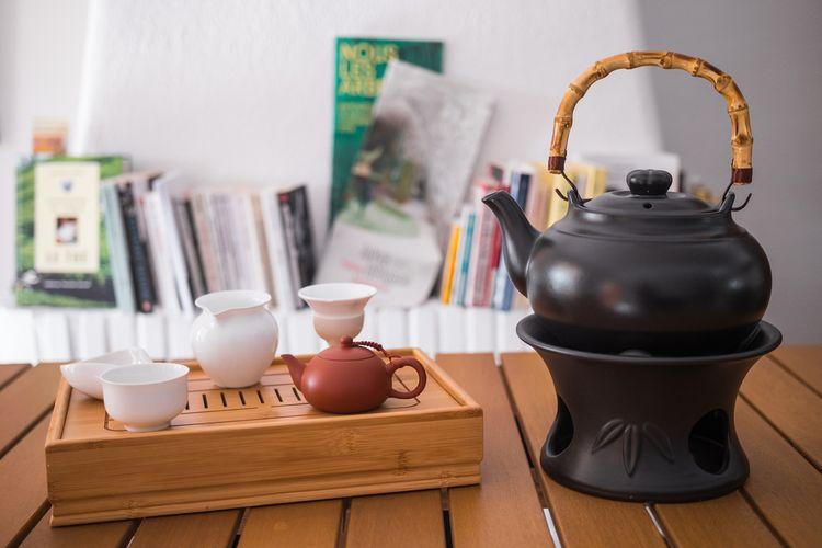 Čierny hlinený čajník s bambusovou rúčkou/rukoväťou