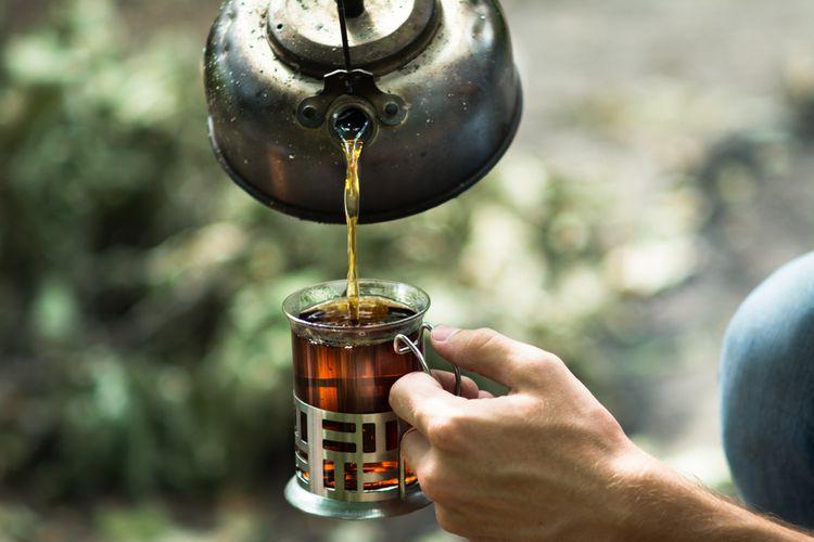 Nalievanie čaju z liatinového čajníka