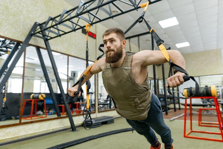 Tréning vo fitness centre so záťažovou vestou