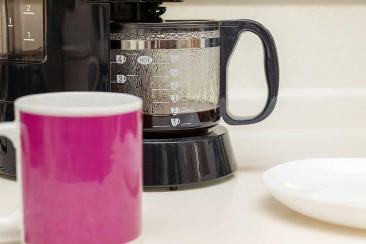 Ako vyčistiť kávovar na prekvapkávanú kávu