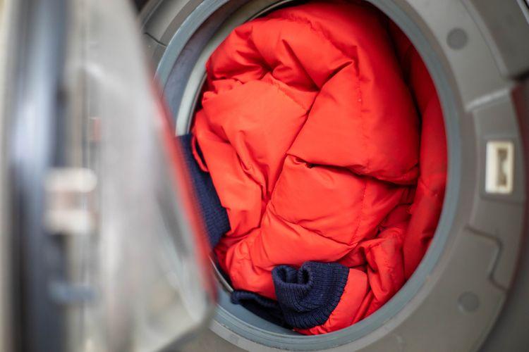 Červená bunda v práčke