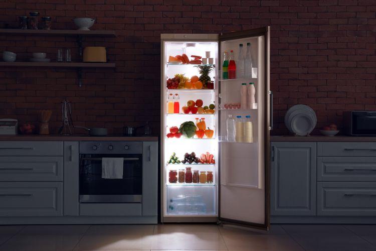 otvorená úzka chladnička v kuchyni