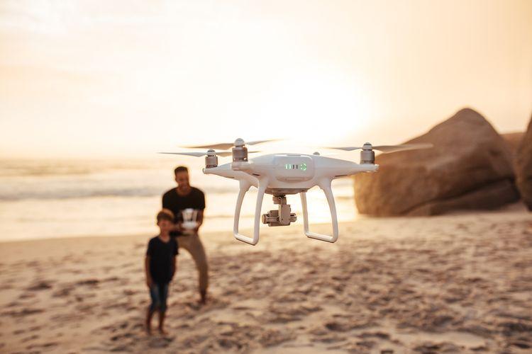Dron s kamerou a rodina na pláži