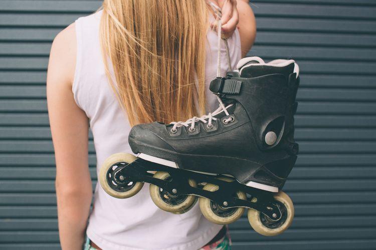 Dievča držiace kolieskové korčule