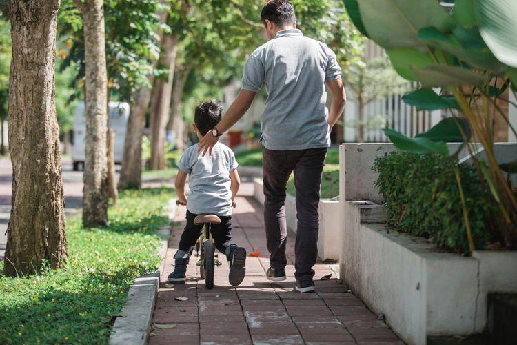Dieťa na odrážadle s otcom