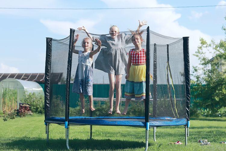 Deti na trampolíne