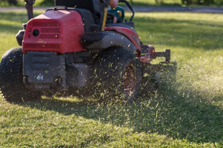 Záhradný traktor s mulčovaním